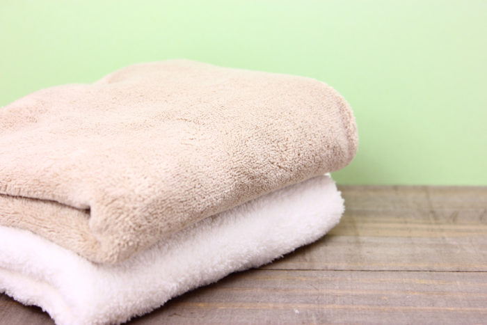 タオルでゴシゴシ拭いている
