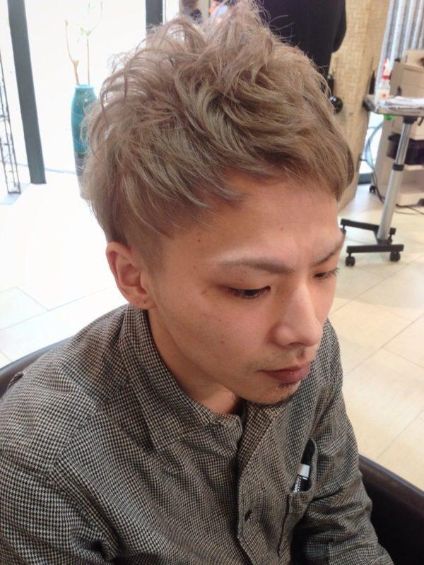 金髪ショートヘア